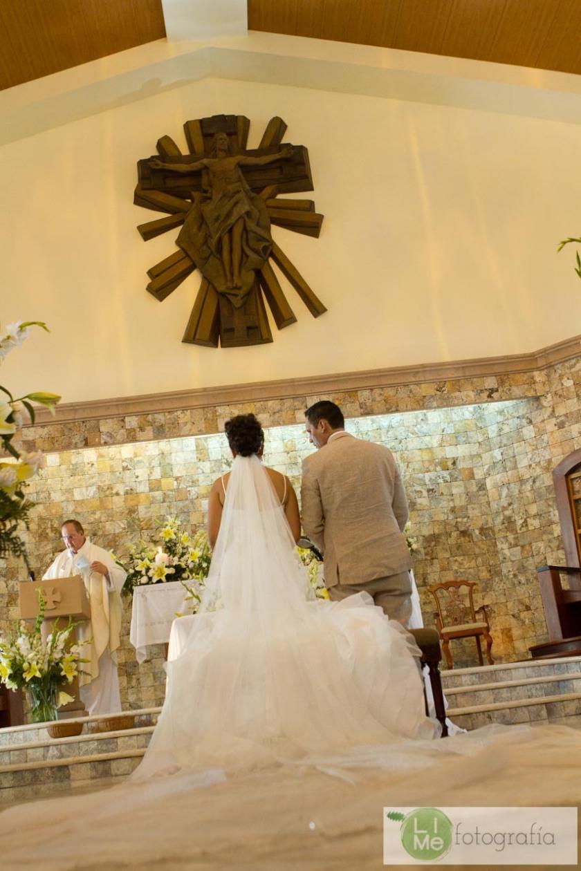 Foto de boda en Playa en Puerto Vallarta México por LiMe Fotografía.