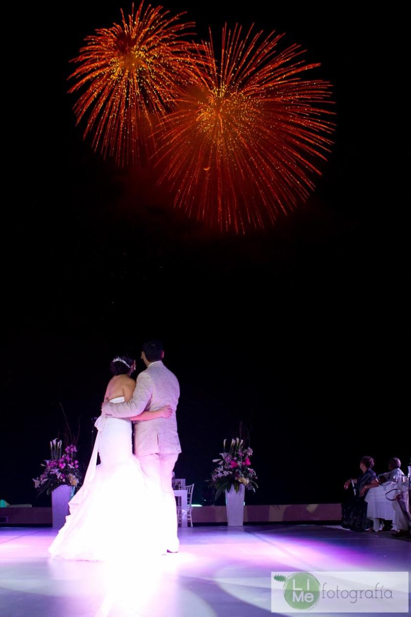 Foto de boda en Playa en Puerto Vallarta México por LiMe Fotografía.a por Lime Fotografia