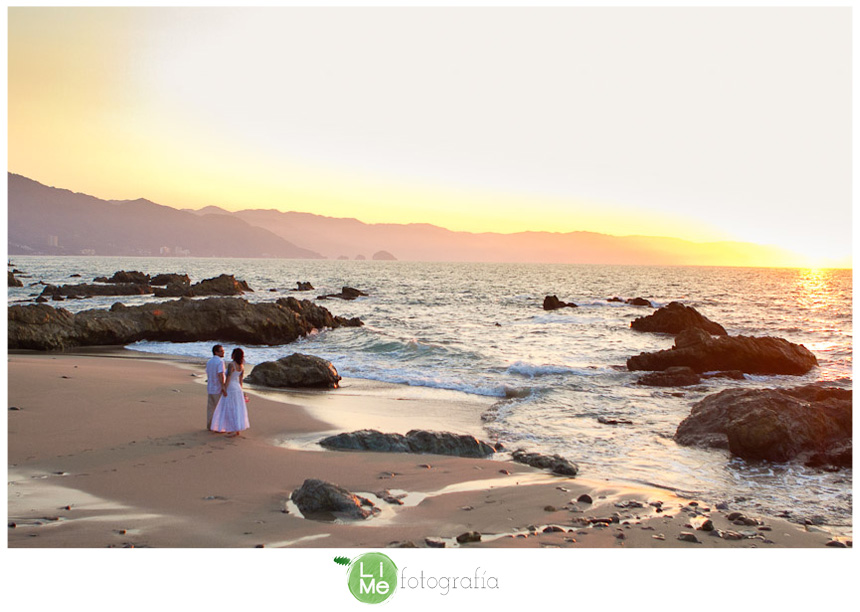 Alyssa + Dave: what do you need for a great beach wedding? 2 people in love, a minister and Puerto Vallarta. Wedding Photography by Lime fotografía