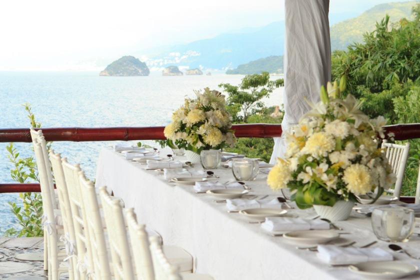 Intimate Puerto Vallarta beach wedding photography LiMe fotografia at Le Kliff restaurant frente a los Arcos