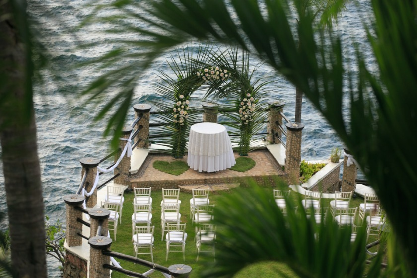 Intimate Puerto Vallarta beach wedding ceremony photography LiMe fotografia at Le Kliff restaurant