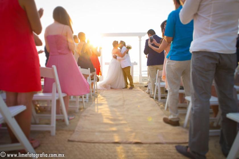 fotos para boda en playa en Puerto Vallarta hotel Hard Rock Vallarta beach wedding photographer primer beso