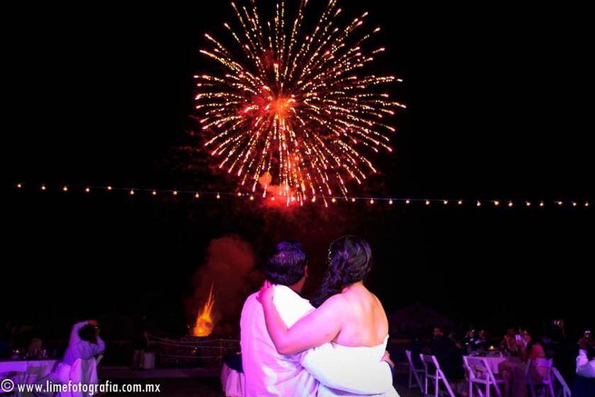 fotos de boda en playa en Puerto Vallarta Hard Rock hotel Vallarta beach wedding photo ideas para boda fuegos artificiales pirtotécnia
