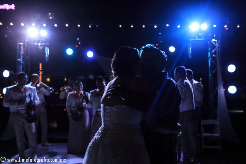 fotos de boda en playa en Puerto Vallarta Hard Rock hotel Vallarta beach wedding photo